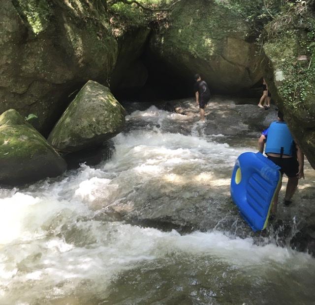 川上。この大岩から水が来てます